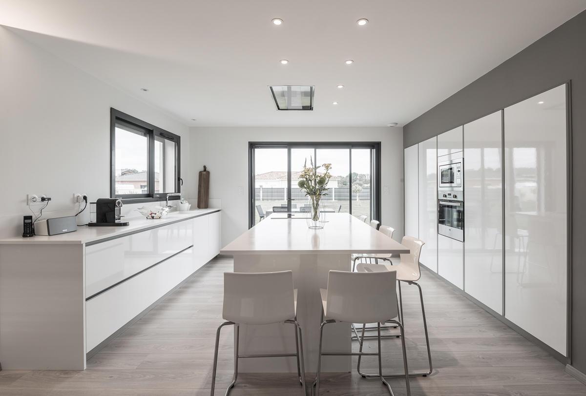 Une belle villa contemporaine spacieuse et lumineuse bon for Cuisine 8 metre carre