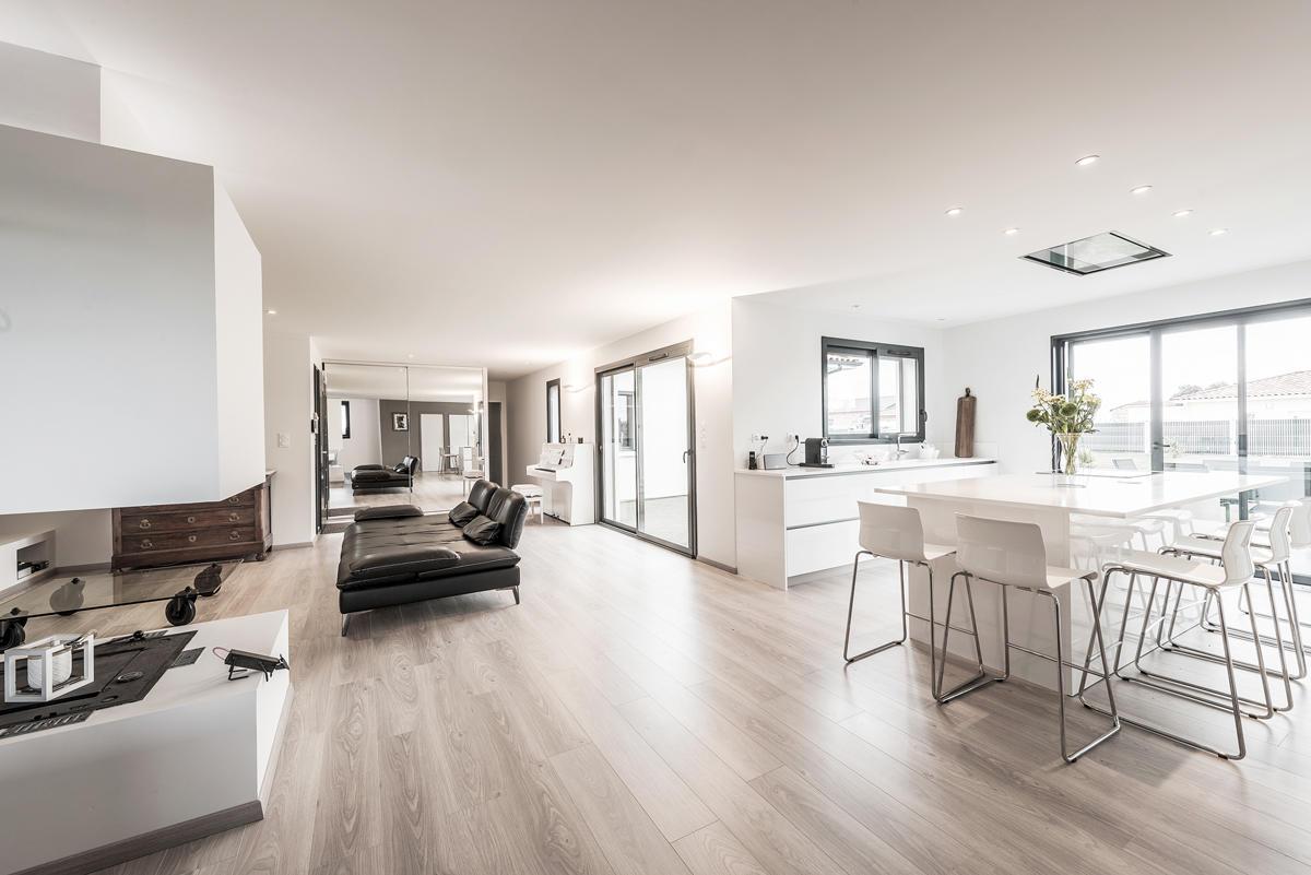 une belle villa contemporaine spacieuse et lumineuse bon encontre projet rt2012. Black Bedroom Furniture Sets. Home Design Ideas