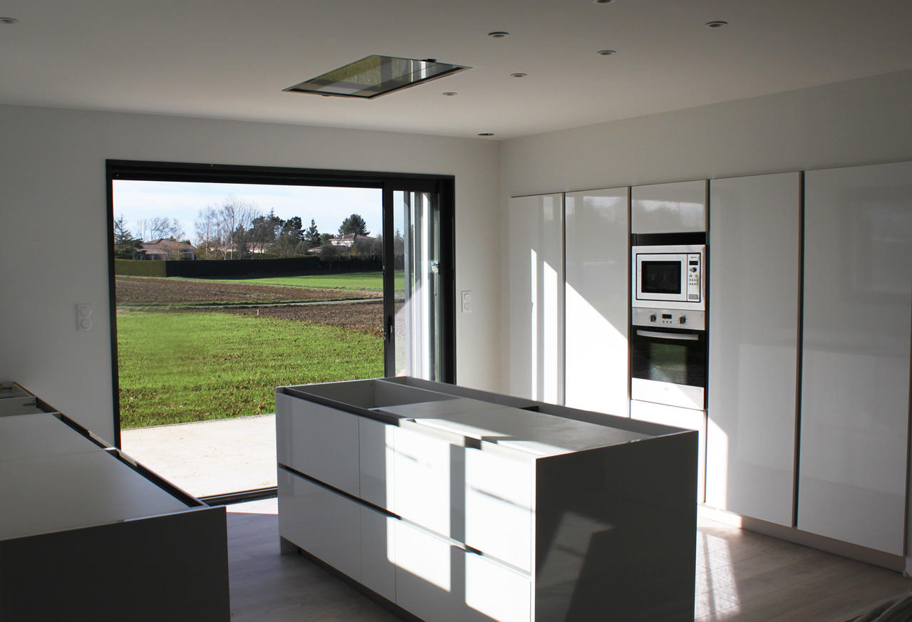 Une belle villa contemporaine spacieuse et lumineuse bon for Cuisine equipee contemporaine