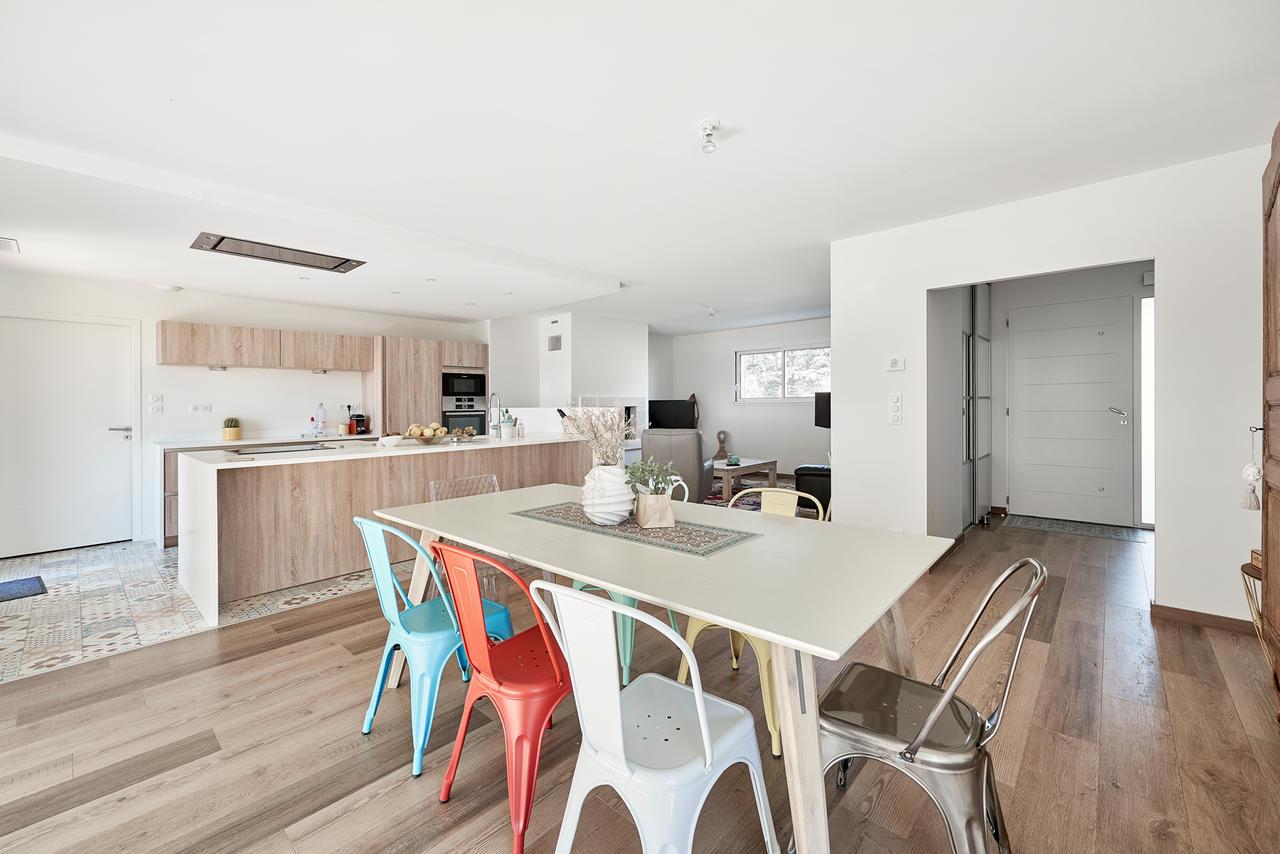 Une maison familiale aux airs de maison de vacances for Cuisine 8 metre carre