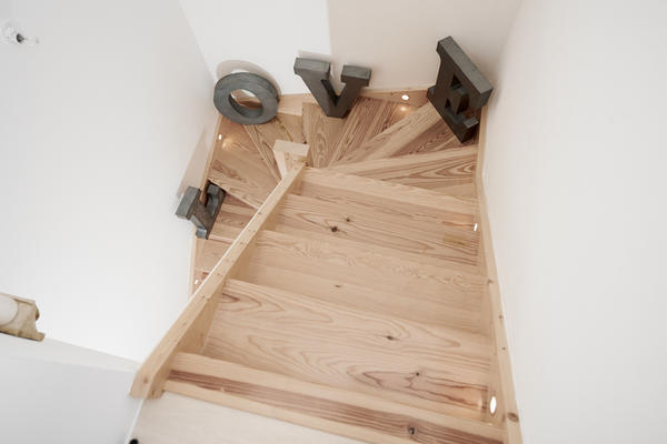 Escalier bois éclairé - constructeur de maisons Mètre Carré