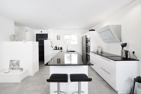 Cuisine laquée blanc entièrement équipée - projet de construction Mètre Carré Bordeaux