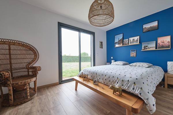 Suite parentale - chambre bleu roy et rotin décoration maison neuve Mètre Carré