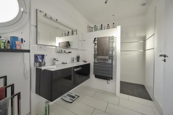 Salle de bain avec douche italienne et baignoire - Maison en L Projet de construction Mètre Carré