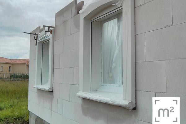 Construction Mètre Carré - le bloc baie : encadrement en béton armé équipé d'une fermeture ainsi que d'une menuiserie extérieure