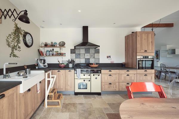 Cuisine bois et noir - Piano cuisson Maison neuve Constructeur Mètre Carré