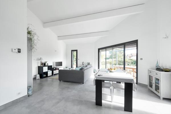 Belle pièce de vie spacieuse et lumineuse - constructeur de maison Mètre Carré