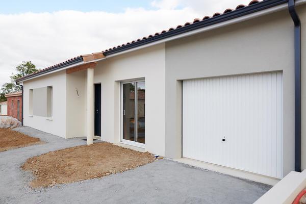 Enduit bicolore et porche d'entrée - construction maison contemporaine à Bordeaux