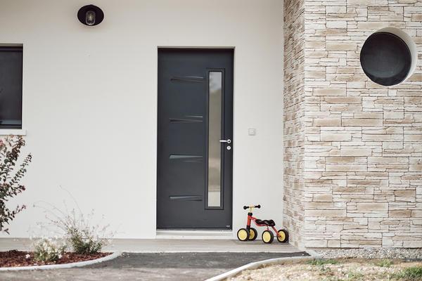 Porte entrée vitrée anthracite Maison contemporaine avec parement pierre - Maison neuve Constructeur Mètre Carré