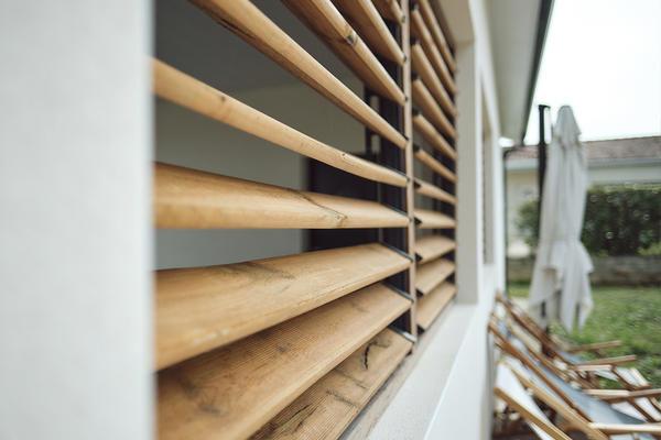 Terrasse en bois persiennes - Maison contemporaine avec parement pierre - Maison neuve Constructeur Mètre Carré