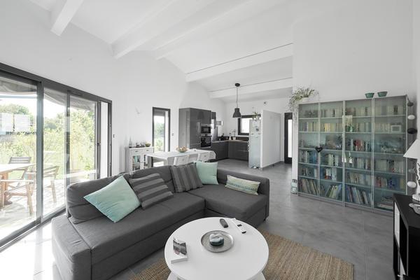 Belle pièce de vie ouverte avec hauteur sous plafond - Constructeur de maisons