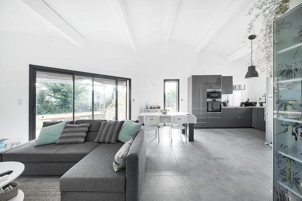 Grande baie coulissante anthracite - Constructeur de maisons Mètre Carré Agen Bordeaux Toulouse