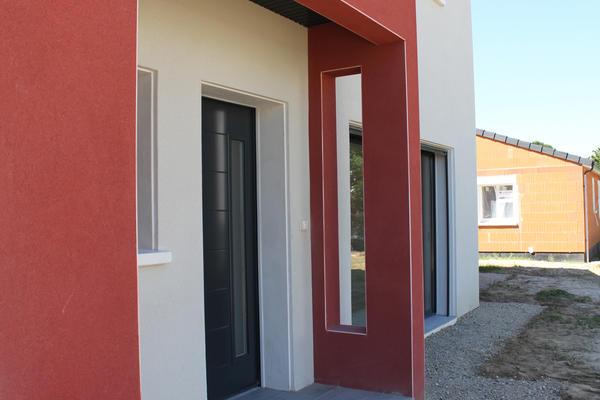 Entrée préservée avec porche couvert - Maison Mètre Carré