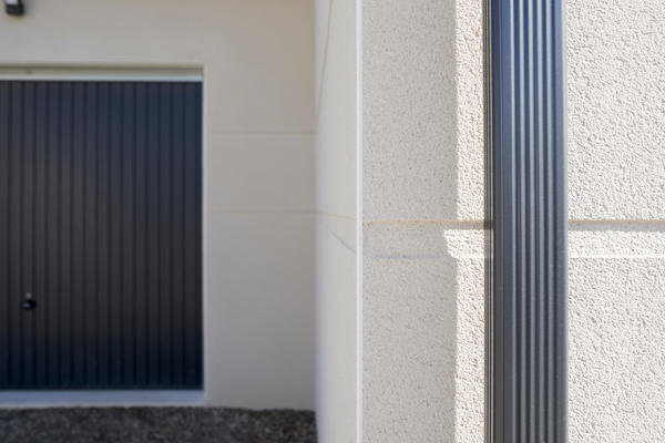 Maison contemporaine finitions d'enduit moderne gouttière et menuiserie anthracite.