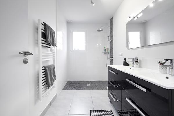 Salle de bain équipée avec douche italienne et meuble double vasque - Construction Mètre Carré Agen Bordeaux et Toulouse