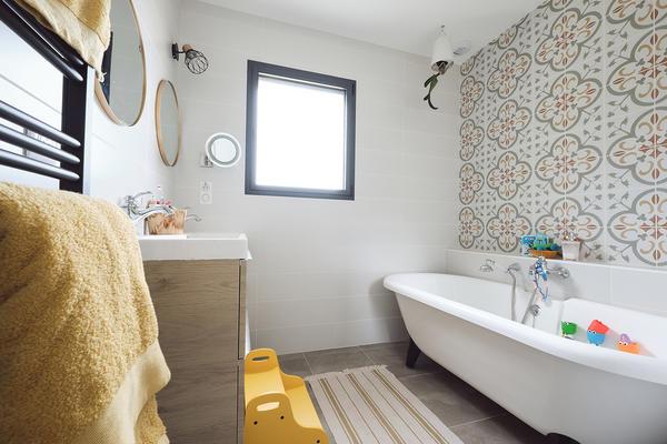 Salle de bain avec carreaux de ciment et baignoire pieds - Maison neuve Constructeur Mètre Carré