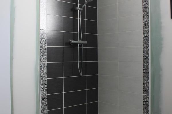 Salle de bain de l'étage avec douche italienne - Maison Mètre Carré