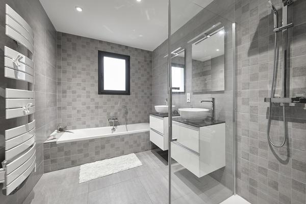 Salle de bain équipée baignoire douche constructeur de maison Mètre Carré