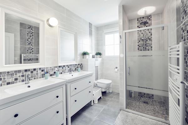 Salle de bain tout équipée - meuble double vasque et douche italienne