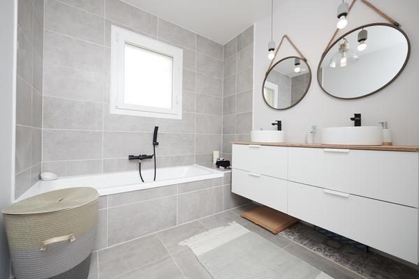 Salle de bain équipée robinetterie noire mat - projet de construction Mètre Carré Bordeaux
