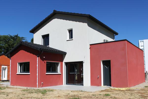 La façade arrière et sa terrasse principale carrelée - Maisons Mètre Carré