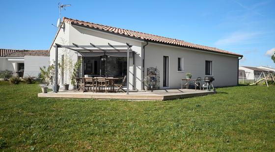 Maison contemporaine RT2012 avec terrasse et pergola - Constructeur Mètre Carré Agen Bordeaux Toulouse