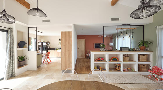 Pièce de vie travertin terracotta et bois - Maison neuve Constructeur Mètre Carré